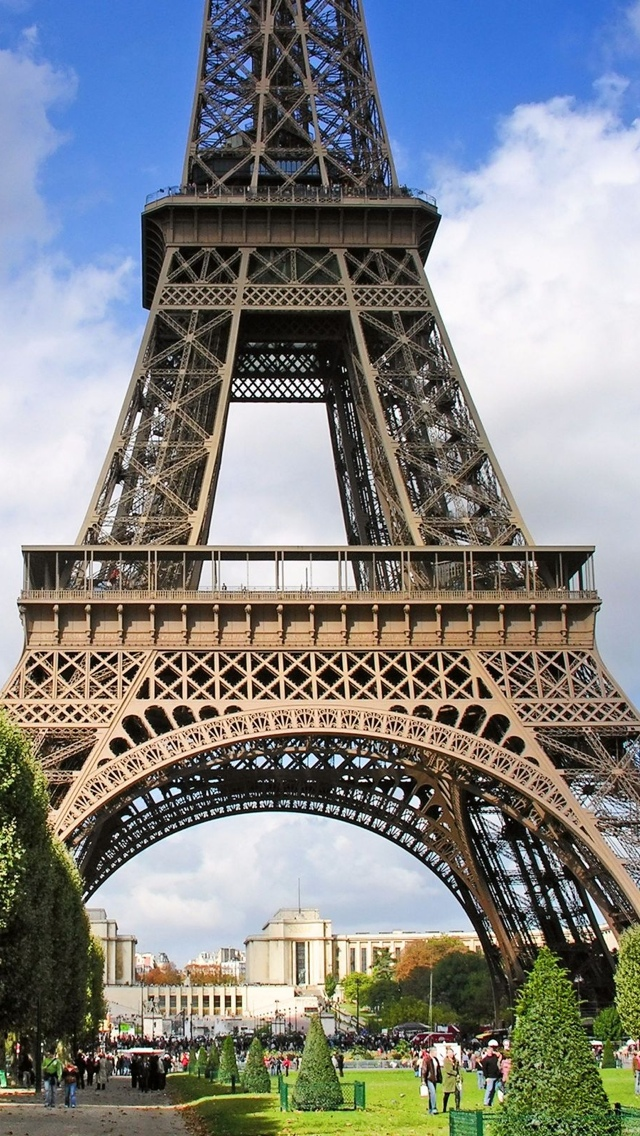 Closeup of Eiffel Tower Paris iPhone 5 wallpaper 640*1136