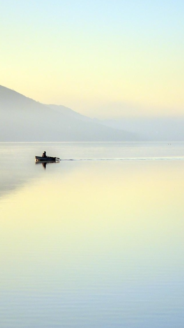 Foggy lake surface view iPhone 5 wallpaper 640*1136
